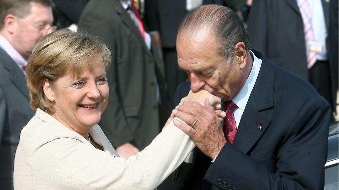 Ob eine Geste oder ein Kompliment: Sie können vorab Gespräche positiv beeinflussen - wie bei Angela Merkel und Jacques Chirac.