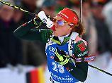 Da hilft auch der Schluck aus der Pulle nicht: Laura Dahlmeier fährt in Ruhpolding nur auf Platz 48.