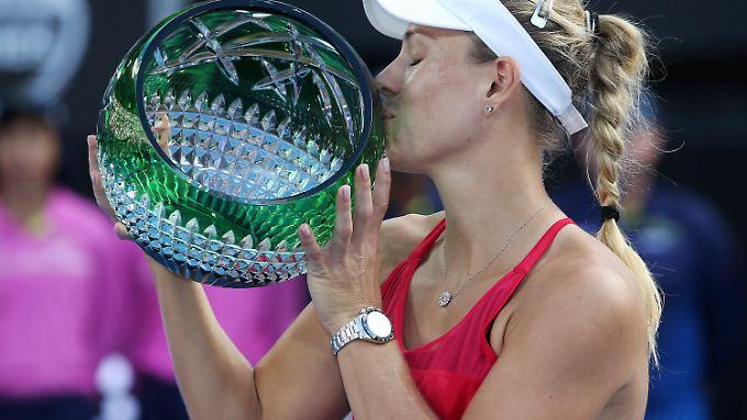 Endlich wieder ein Sieg: Angelique Kerber herzt den Pokal in Sydney.