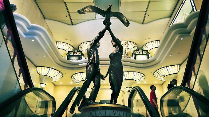 Die Statue zeigt Lady Di und Dodi Fayed, die gemeinsam einen Vogel in die Freiheit entlassen.