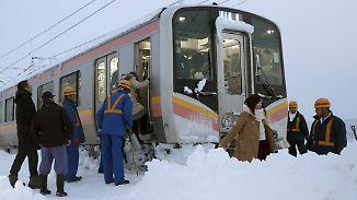 Hunderte harren über Nacht im Zug aus: Schneechaos legt Japan lahm