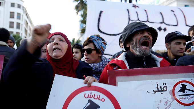 Sieben Jahre nach dem Arabischen Frühling beklagen die Tunesier steigende Lebenshaltungskosten und hohe Steuern.