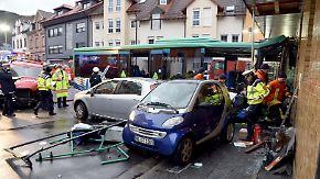 Mehr als 40 verletzte Kinder: Schulbus kracht in Hauswand
