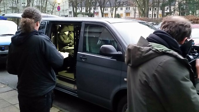 Polizisten verhaften während einer Razzia in Berlin einen mutmaßlichen Schleuser.
