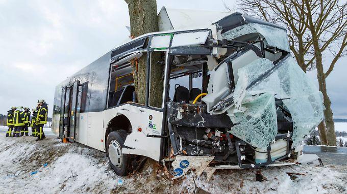 Mehrere Menschen wurden bei dem Unfall im Erzgebirge verletzt.