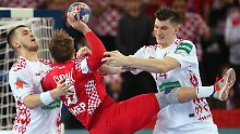 Zwei weißrussische Spieler versuchen Cindric am Torwurf zu hindern - erfolglos.