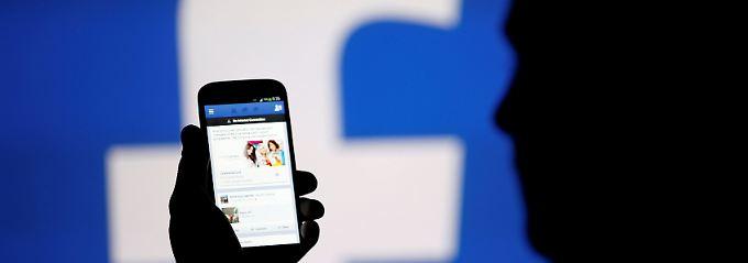 Sollen stärker mitbestimmen, was Fake News sind und was nicht: die Facebook-Nutzer
