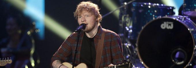 """""""Sie hilft mir, nicht abzuheben"""": Ed Sheeran verlobt sich mit Schulfreundin"""