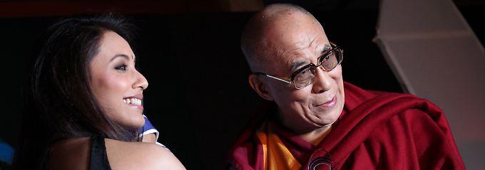 Weltweite Popularität: In Neu Delhi nahm der Dalai Lama erst kürzlich den Mutter-Teresa-Gedächtnis-Preis für soziale Gerechtigkeit aus den Händen von Bollywood-Star Rani Mukherjee (links) entgegen.