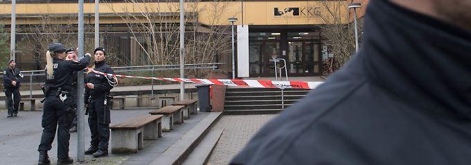 Polizisten auf dem Gelände der Käthe-Kollwitz-Schule in Lünen.