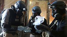 Chemiewaffen-Experten prüfen Proben nach einem Angriff in Damaskus im August 2013.