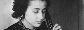 Anita Lasker mit ihrem Cello in Berlin 1938.