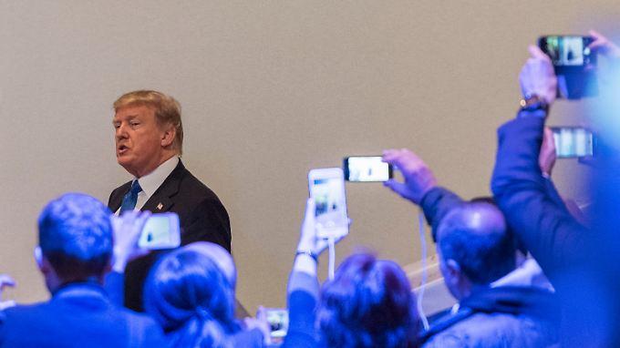Auf einem Level: Die liberale Crowd ist ganz aufgeregt beim Besuch des Nationalisten Trump in Davos.