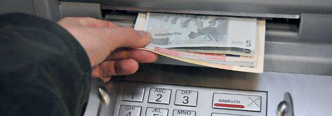Wer nicht seine Gewohnheiten beim Geldabheben ändern möchte, sollte das Konto wechseln.