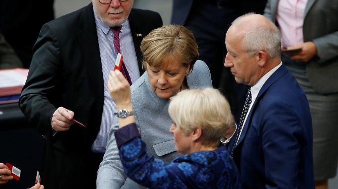Auch Kanzlerin Merkel (M.) stimmte ab.