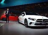 Mercedes-Chef Dieter Zetsche präsentiert die neue A-Klasse in Amsterdam.