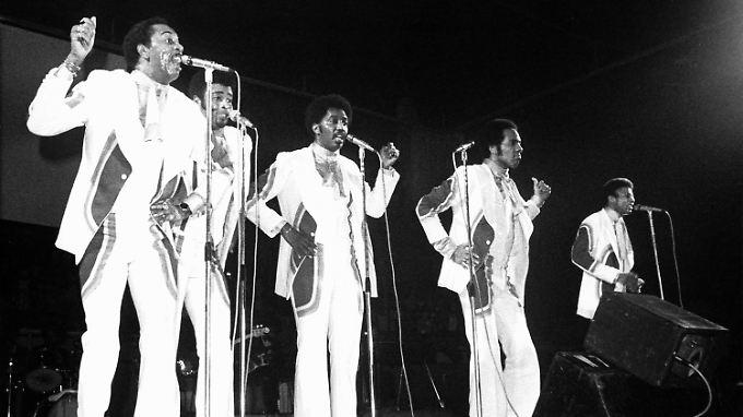 """""""Papa was a Rolling Stone"""": Dennis Edwards (2.v.l.), hier bei einem Auftritt in der Offenbacher Stadthalle im Jahr 1975."""