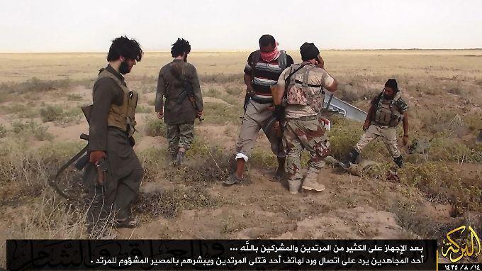 Dieses Foto, das Albaraka News auf Twitter veröffentlicht hat, soll IS-Kämpfer an der Grenze zwischen Syrien und dem Irak zeigen.