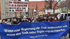 Mehr als 2000 Menschen nahmen an der Demonstration gegen die Flüchtlingspolitik der Bundesregierung teil.