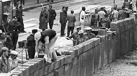 Im August 1961 wurde die Mauer errichtet und trennte die Stadt, aber auch Familien, Freunde oder Schulklassen.