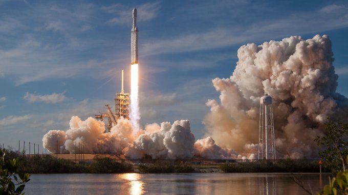 """Roter Tesla fliegt mit: SpaceX schießt Riesenrakete """"Falcon Heavy"""" ins All"""