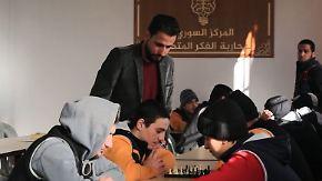 Schachspiel und Koranunterricht: Ehemalige IS-Kämpfer erhalten Chance auf Rückkehr in Alltag