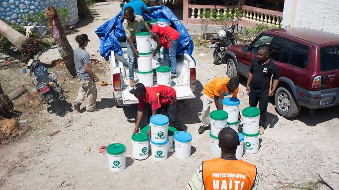Nach Hurricane Matthew in 2016 verteilen Oxfam-Mitarbeiter bei ihrem Einsatz Hygieneartikel an die Bevölkerung.