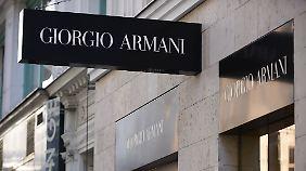 Schuldirektor hat auch Burberry, Chanel und Hermès in Betracht gezogen. Hat sich dann aber doch für Armani entschieden.