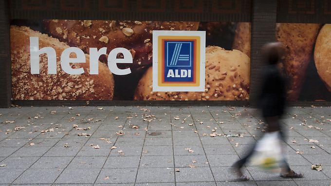 Aldi und Lidl weiten ihren Umsatz auf der britischen Insel zuletzt deutlich aus.