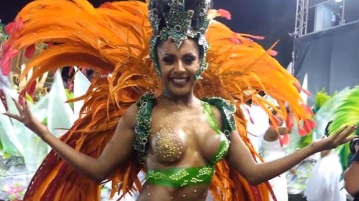 Kaum bekleidete Samba-Tänzerinnen sind unverzichtbarer Bestandteil beim Samba-Karneval - diese Dame ragte allerdings unfreiwillig aus der Masse hervor.