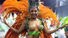 Knapp, knapper, Karneval: Samba-Tänzerin verliert ihr Höschen