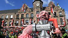 Beim Düsseldorfer Rosenmontagszug dreht sich der Noch-SPD-Vorsitzende Martin Schulz selbst durch den Fleischwolf.