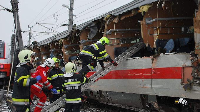 Eine Tote, 22 Verletzte: Kollision zerreißt Zug in Österreich