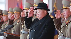 Kim Jong Un bei der Militärparade zum 70. Jahrestag der Gründung der Streitkräfte.