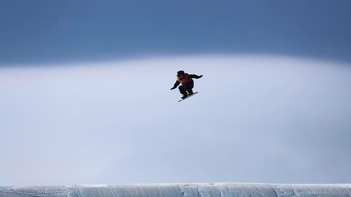 Hoch und weit: Der Slopestyle-Wettbewerb gehört auch ohne Wind zu den gefährlichsten bei Olympia.