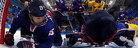 Am Boden: Die koreanischen Eishockeyspielerinnen sind im Turnier chancenlos.