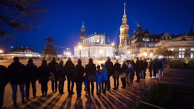 Zu der Menschenkette in Dresden hatte ein breites Bündnis aus Politik und Gesellschaft aufgerufen.