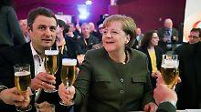 Darauf ein Bier: Vincent Kokert, CDU-Landesvorsitzender in Mecklenburg-Vorpommern, mit seiner Parteichefin Angela Merkel beim politischen Aschermittwoch.