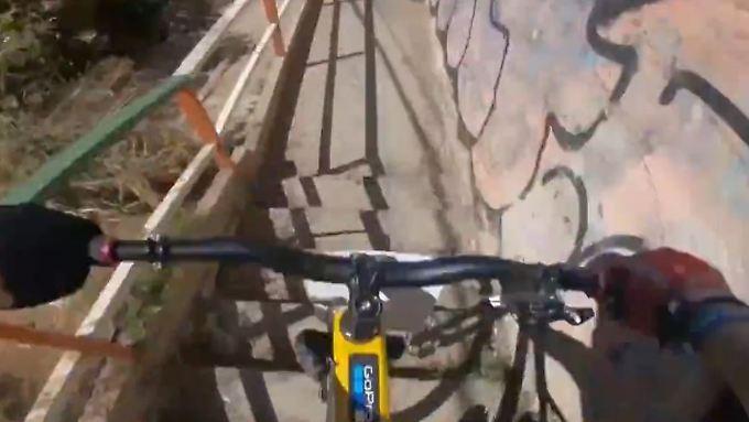 Waghalsiger Weltmeister: Mountainbiker prescht durch enge Häuserschluchten
