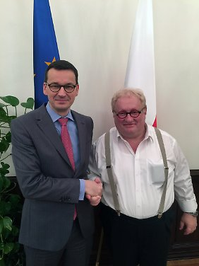 Der polnische Ministerpräsident Morawiecki (l.) gemeinsam mit Tenenbom. Tenenbom ist ein israelisch-amerikanischer Autor, Regisseur und Leiter des Jewish Theater of New York.