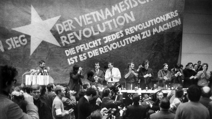 "Etwa 3000 Menschen versammeln sich zum ""Internationalen Vietnam-Kongress"" am 17. Februar 1968."