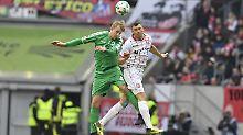 Neutrales Bild, ging ja auch unentschieden aus: Fürths Lukas Gugganig im Kopfballduell mit dem Düsseldorfer Oliver Fink.