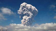 Gigantische Aschewolke und Gase: Indonesischer Vulkan Sinabung bricht aus
