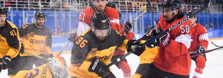 Über den Kampf zum Sieg - das gelingt den deutschen Eishockey-Nationalspielern gegen die Schweiz.