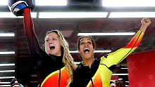 Mariama Jamanka und Lisa-Marie Buckwitz sind die schnellsten im Eiskanal.