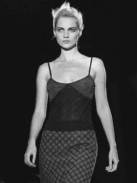 """""""Neuer Realismus"""" oder """"Heroin-Chic"""" hießen die Reizworte der Modefotografie 1996, hier verkörpert von Kate Moss. Kritiker sprachen schon damals von den """"Models aus der Mülltonne""""."""