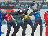 Mit vier weiteren goldenen Medaillen dürfen sich Vinzenz Geiger, Fabian Rießle, Eric Frenzel und Johannes Rydzek (v.l.n.r.) schmücken - inklusive cooler Usain-Bolt-Siegerpose.