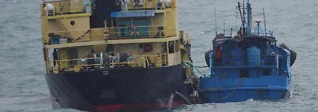 Schiff-zu-Schiff-Transfer auf hoher See.