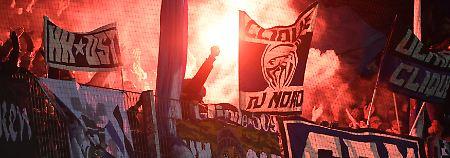 Mehrfach unterbricht der Unparteiische das Spiel, weil HSV-Anhänger Pyrotechnik zünden.