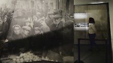Eine Besucherin des POLIN-Museums schaut sich eine Ausstellung über das Warschauer Ghetto im Zweiten Weltkrieg an.